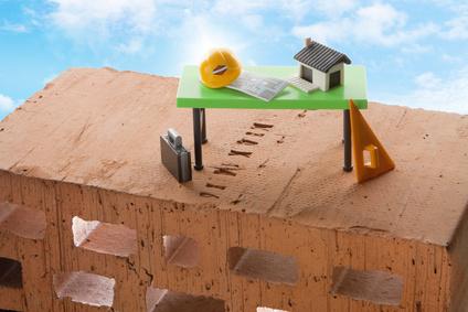 Backstein mit Architekten Tisch Blauer Himmel im Hintergrund
