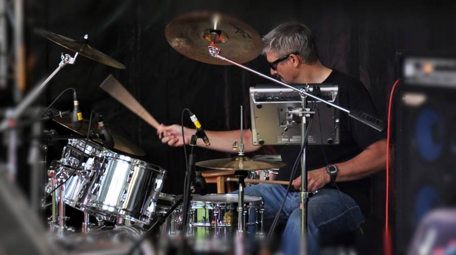 oose Trainer Thomas Harms bei seiner großen Leidenschaft: Schlagzeug